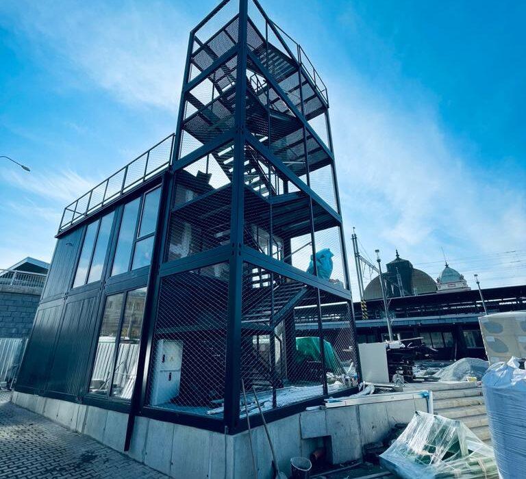 Stavba modulových objektů u hlavního nádraží v Plzni vyroste za dva měsíce